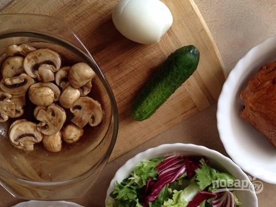 Подготовим остальные ингредиенты. Яйцо сварим, остудим и очистим. Вымоем и обсушим листья салата и огурец.