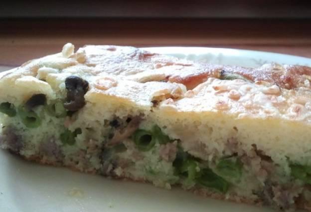 Для удобства разрезаем большой пирог на порционные пироги и подаем к столу. Приятного аппетита!