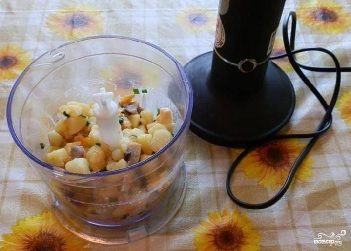 Когда сыр полностью растворится — выключаем огонь, закрываем крышкой. Содержимое кастрюли пюрируем с помощью блендера или традиционным способом — через сито.