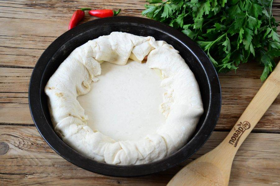Заверните тесто внутрь, чтобы спрятать сосиски.