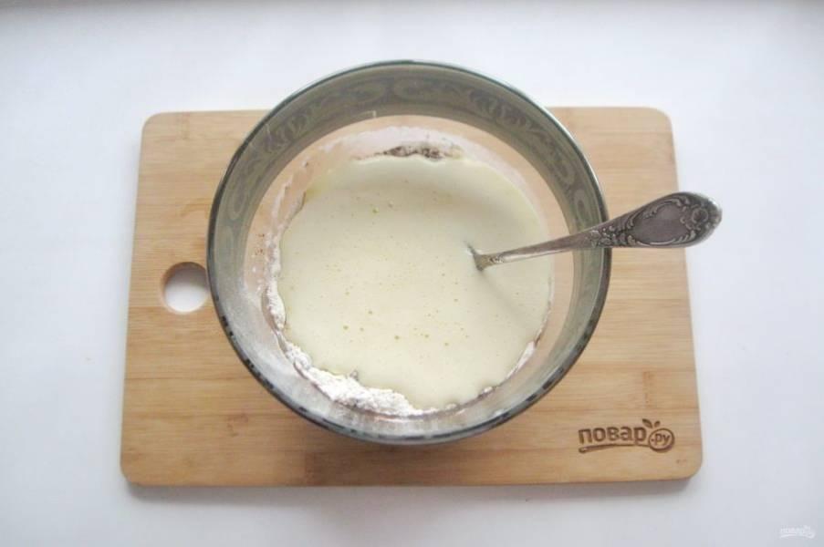 Влейте яйца с сахаром.