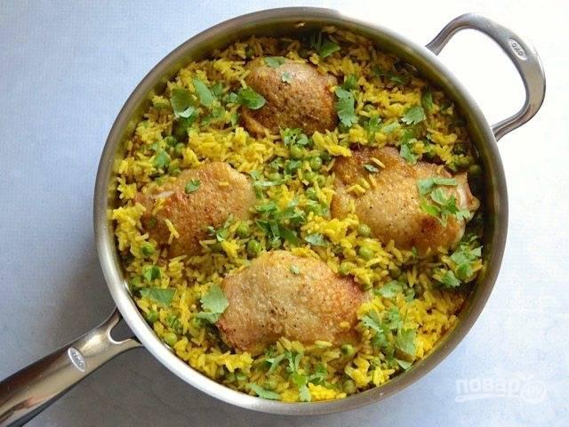 8.Снимите крышку и с помощью вилки немного распушите рис.