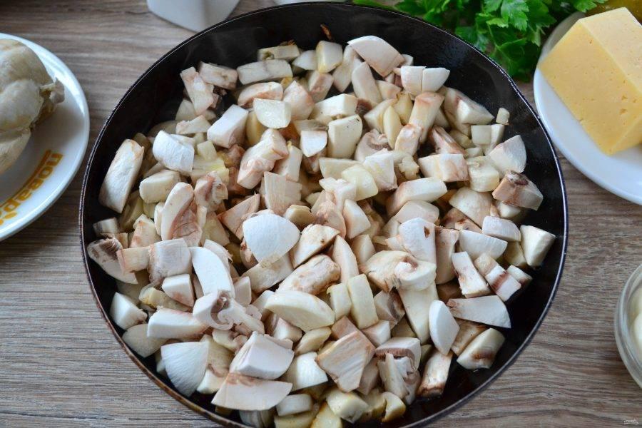 Обжарьте грибы вместе с луком на сковороде с небольшим количеством масла. Обжарить грибы нужно до готовности, но ни в коем случае нельзя их пересушить, они должны остаться сочными, тогда салат получится очень и очень вкусным.