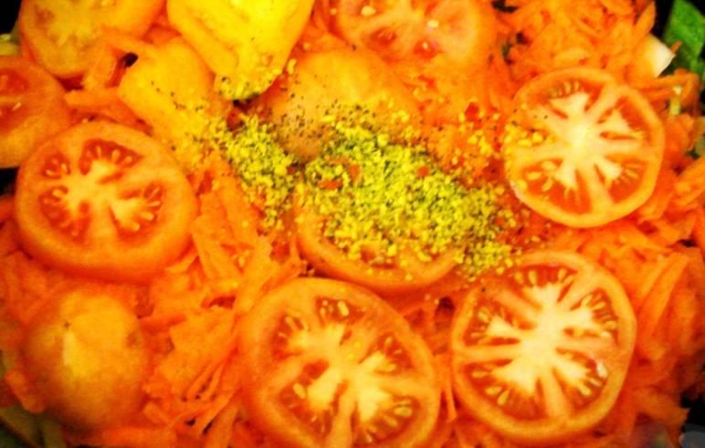 """На морковь выкладываем колечки помидоров, присыпаем специями по вкусу и измельченной зеленью. Вливаем воду и выставляем на мультиварке режим """"Тушение"""" на 30 минут."""