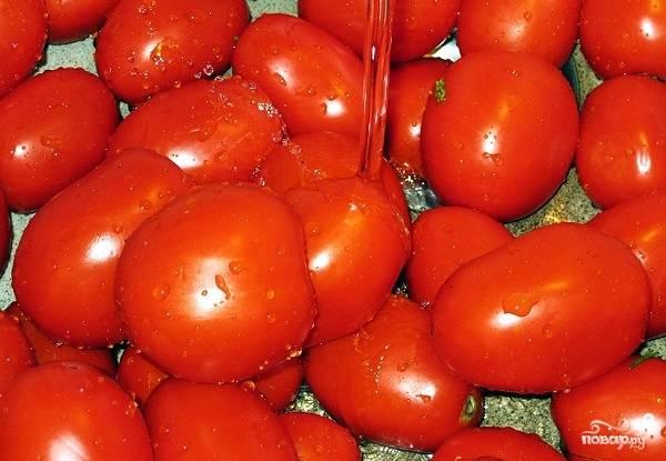 1. Для начала нужно выбрать подходящие помидоры: плотные, без трещин и темных пятен. Вымойте их как следует и обсушите немного.