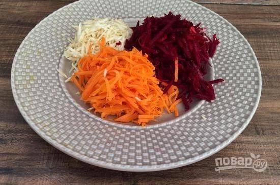 Овощи чистим от кожуры и нарезаем соломкой или трем на крупной терке.
