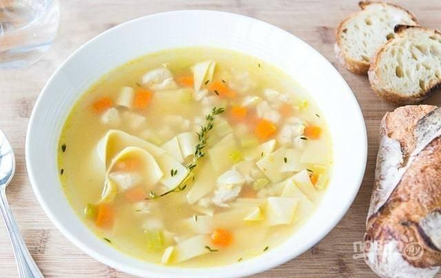8. В конце в суп добавьте нудл. Проварите его 1 минутку. Всё готово! Приятного аппетита!