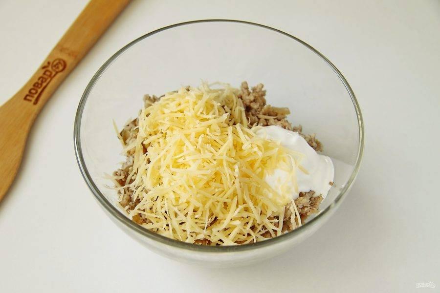 Добавьте к фаршу примерно 2/3 тертого сыра и 1-2 ст. ложки сметаны.