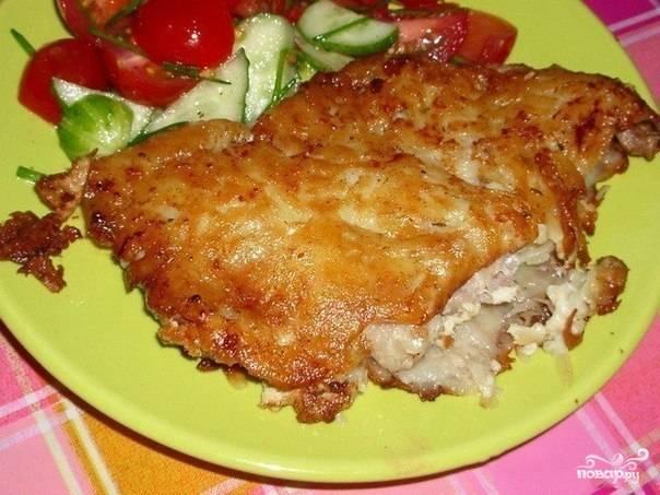 Вкуснейшее мясо в картофельной корочке готово! Подаем его со свежими овощами. Кушаем, пока горячее! Приятного аппетита!