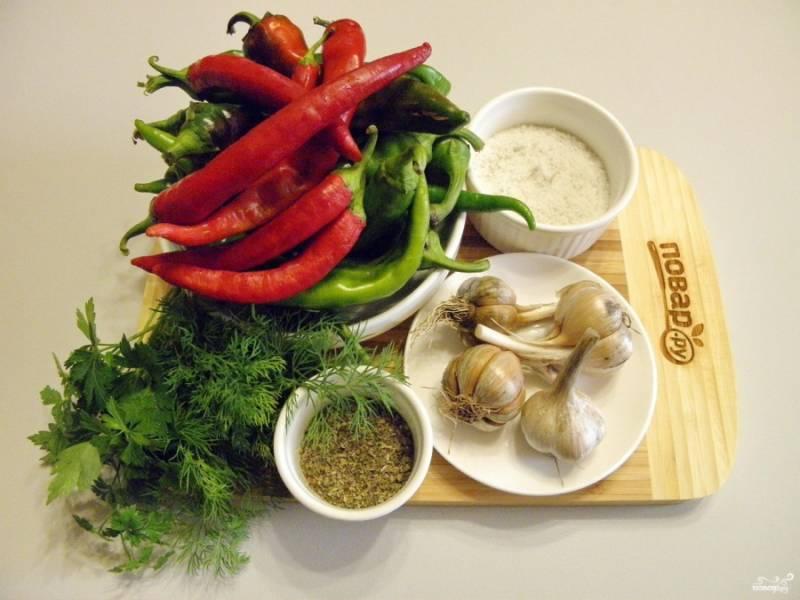 Приготовьте овощи. Запаситесь резиновыми перчатками и маской для лица, перец очень острый. Приступим! Зелень лучше использовать свежую, но я частично заменила на сушеную, так тоже можно. Главное, должно быть зелени не меньше половины стакана.