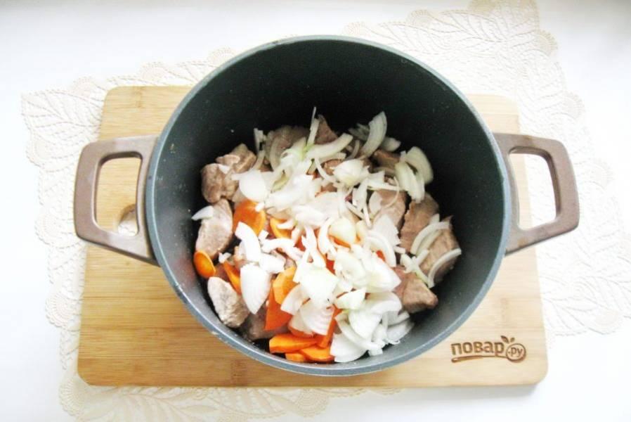 Морковь и репчатый лук очистите, помойте и нарежьте произвольно. Добавьте к мясу.