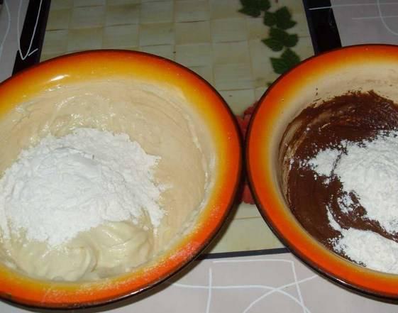 Разделите тесто на две части, в одну из них добавьте какао. Потом в каждую добавьте оставшуюся муку и замесите эластичное тесто.
