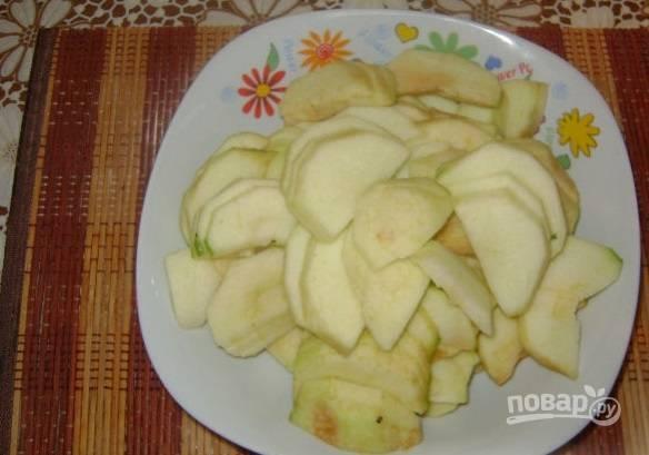 5. Очистите и тонкими ломтиками нарежьте яблоки.