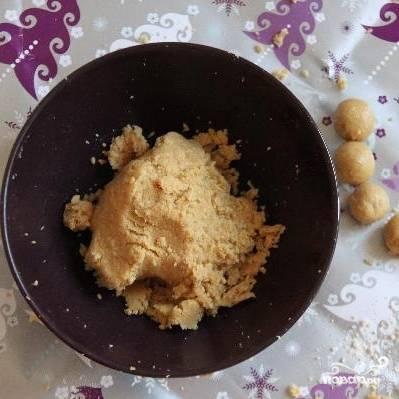 Из получившейся массы руками формируем небольшие шарики. Ставим шарики в морозилку минут на 20.