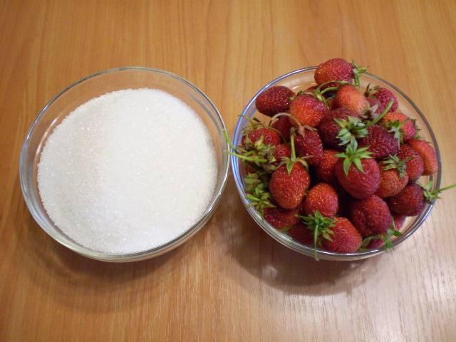 2. Отбираем только спелые и здоровые ягоды. Отмеряем сахар.