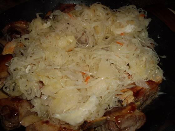 2. Теперь добавляем капусту, огонь уменьшаем. Параллельно начинаем отваривать отдельно картофель.