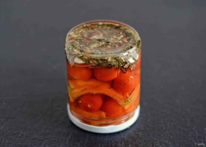 Залейте этим маринадом овощи, закройте и переверните банки вниз крышкой. Укутайте банки в полотенце и оставьте так до полного остывания.