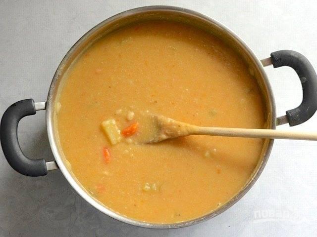 8.Погружным блендером превратите около половины супа в пюре.
