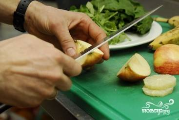 У яблока удаляем сердцевину.