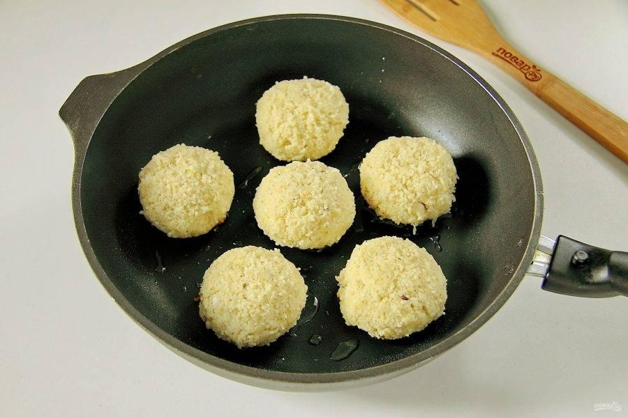 Из получившейся массы сформируйте котлеты и выложите их на раскаленную сковороду с маслом.
