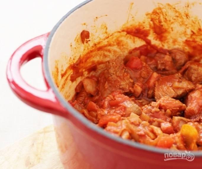 3.Нарежьте небольшими кусочками говядину, выложите ее в кастрюлю и отправьте на огонь, обжаривайте 3 минуты, затем добавьте нарезанные кубиками томаты. Отправьте кастрюлю в разогретую до 140 градусов духовку на 60 минут.