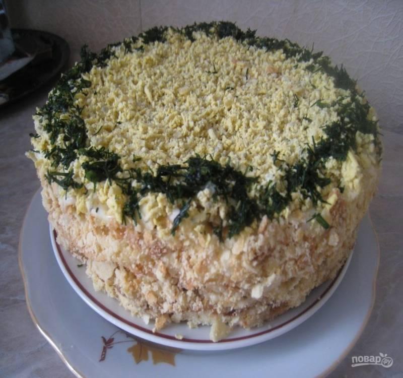 9. Если у вас есть еще коржи, то можете повторить слои в любой последовательности. Промажьте бока майонезом и засыпьте торт измельченной крошкой. Украсьте по вашему желанию.