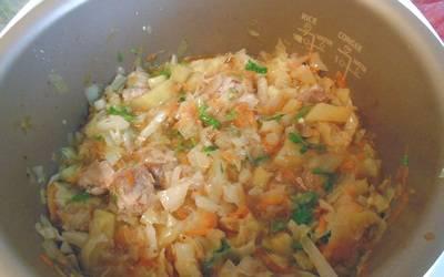 6. Когда тушение прекратится, добавьте мясо. И, конечно, пикантный ингредиент! Пришло время добавить чеснок и пасту. Возобновите тушение еще на 3 минуты, и блюдо готово к подаче на стол!