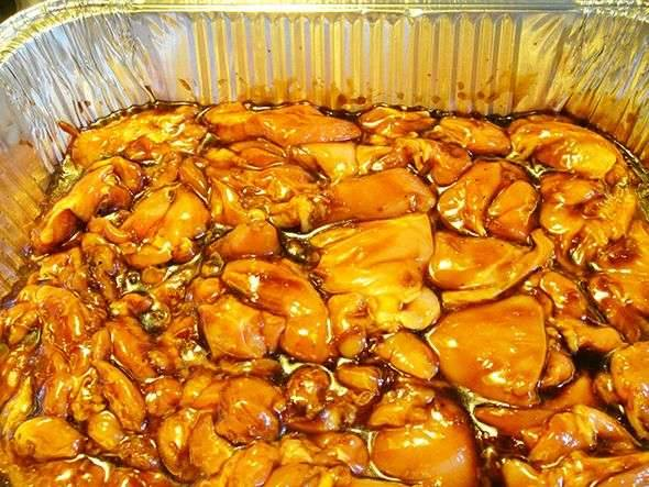 2. Тем временем курицу моем, разделим на порционные кусочки и выкладываем на противень, смазанный маслом. Заливаем сверху подготовленным соусом и запекаем в раскаленной духовке примерно полчаса.