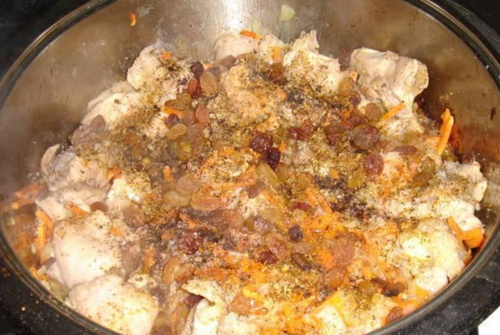 Теперь добавьте специи, соль, перец и изюм.