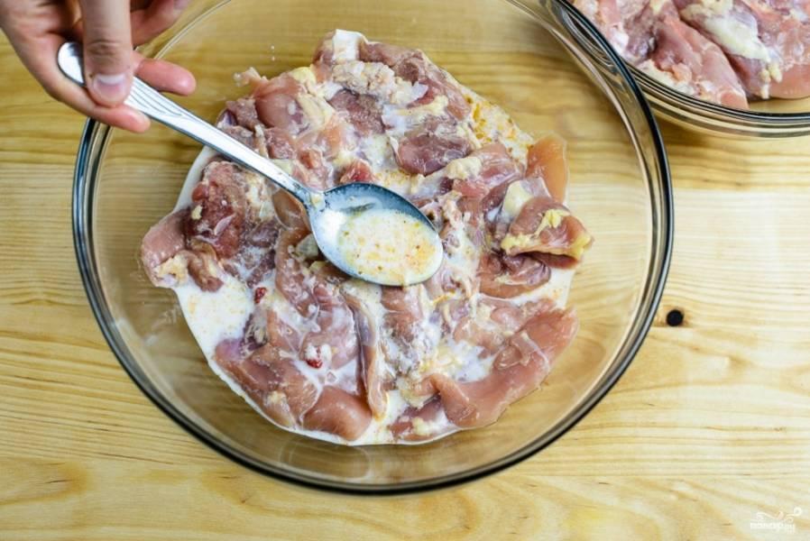 3. В маринад добавьте куриное филе, тщательно перемешайте, чтобы каждый кусочек птицы пропитался пряностями. Накройте пищевой пленкой и поставьте мариноваться курицу в холодильник не менее, чем на 12 часов.