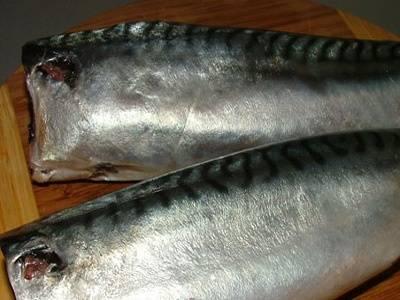 рыбу чистим, потрошим, отрезаем голову, плавники, хвост и промываем в холодной воде.
