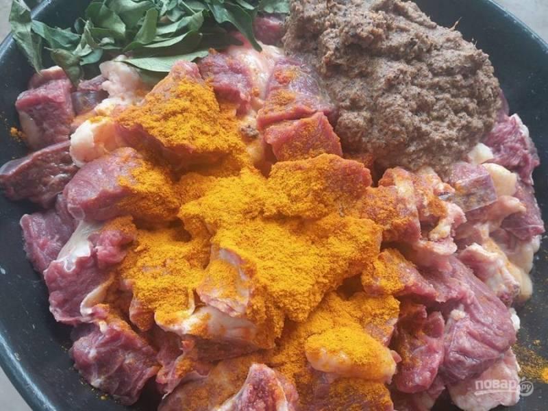 2. Добавьте перец, кардамон, гвоздику, корицу, тмин и фенхель. Готовьте мясо в специях на небольшом огне в течение 1 минуты.