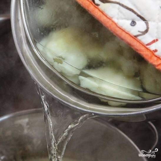 Варим цветную капусту до мягкости, но не до полной готовности - это примерно 10-15 минут. Затем воду с цветной капусты сливаем, однако стакан воды, в которой варился овощ, сохраняем - еще пригодится.