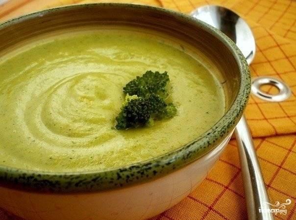 При подаче на стол украсить отварными соцветиями брокколи, мелко рубленной зеленью, тертым сыром.
