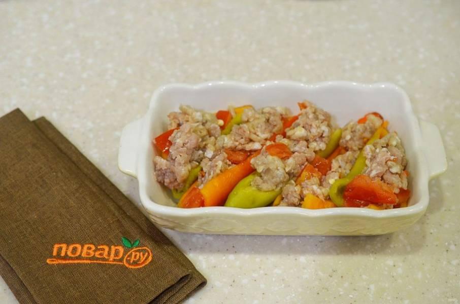 4. Выложите перцы в жаропрочную форму и наполните фаршем.
