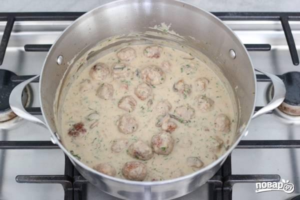 9. Посолите, поперчите соус по вкусу. Добавьте фрикадельки и тушите еще 5-10 минут, чтобы они как следует проготовились. В конце добавьте зелень и по желанию специи.  Приятного аппетита!