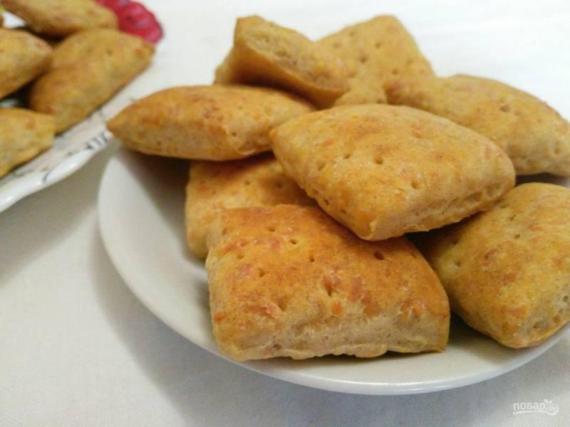 Выпекайте хлебные крекеры с сыром при температуре 180 градусов в течение 25-30 минут. Духовку предварительно разогревать не нужно.