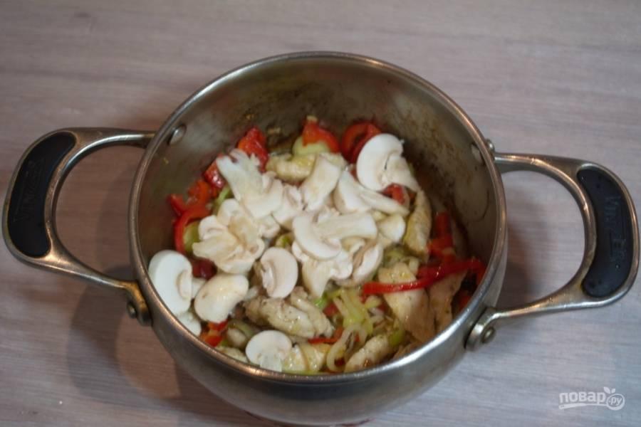 В кастрюлю с мясом и луком добавьте нарезанные шампиньоны.