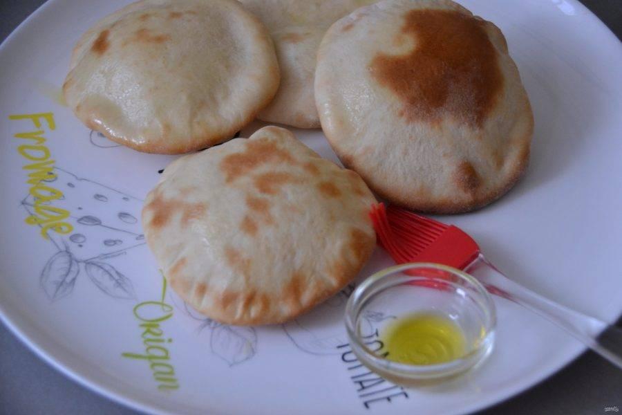 Готовые лепешки смажьте слегка оливковым маслом, накройте салфеткой, чтобы хлеб не подсыхал.