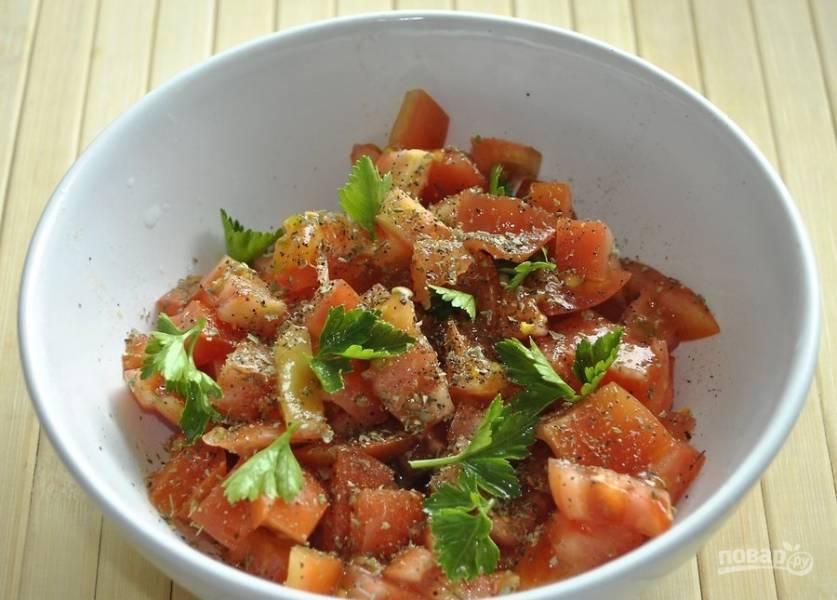 7. Измельчите помидорки, добавьте соль и перец, немного оливкового масла, зелень, можно чуточку сыра. Добавьте клецки и подавайте к столу.  Приятного аппетита!