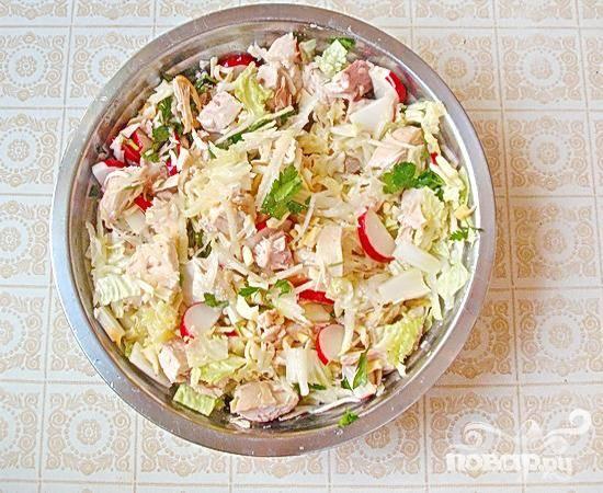 6.В миске смешиваем нарезанные овощи, сыр и мясо. Добавляем сюда измельченного чеснока, подсаливаем, добавляем оливкового масла, перемешиваем.  Добавляем немного петрушки.
