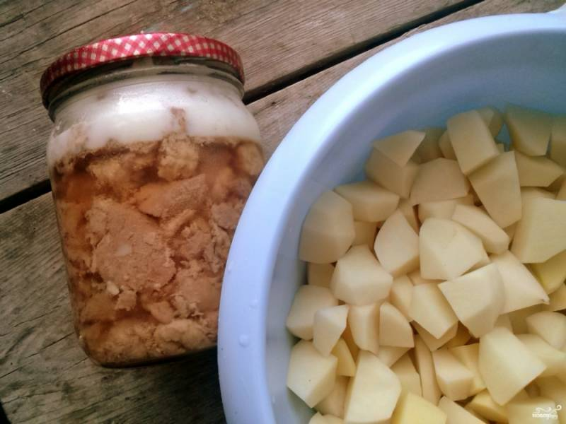 Очистите и порежьте картофель.