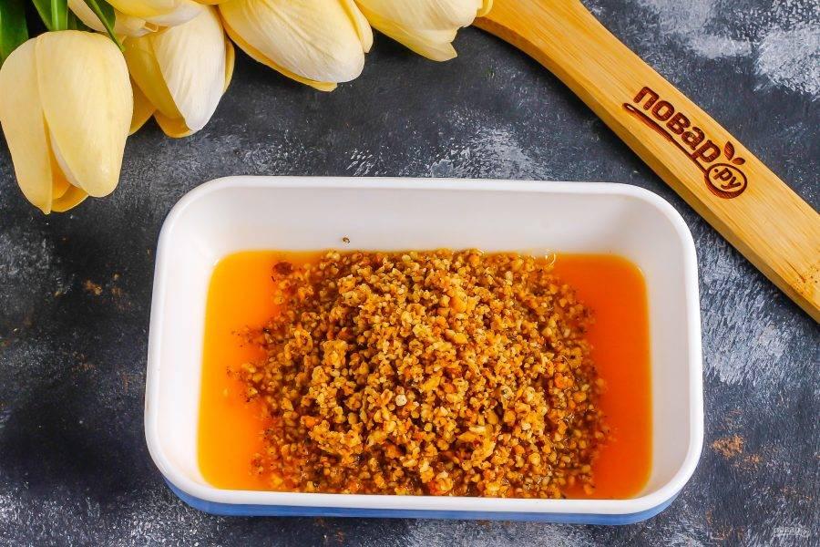 Выжмите сок из мандарина или замените его магазинным апельсиновым соком в количестве 50-60 мл. Высыпьте ореховую крошку и сахар в сок и прогрейте в микроволновке примерно 1-2 минуты, затем перемешайте и снова прогрейте, чтобы масса загустела. Это можно сделать и в ковше на плите. Остудите обязательно, так как крошку вы будете добавлять в масло, чтобы оно не растаяло!