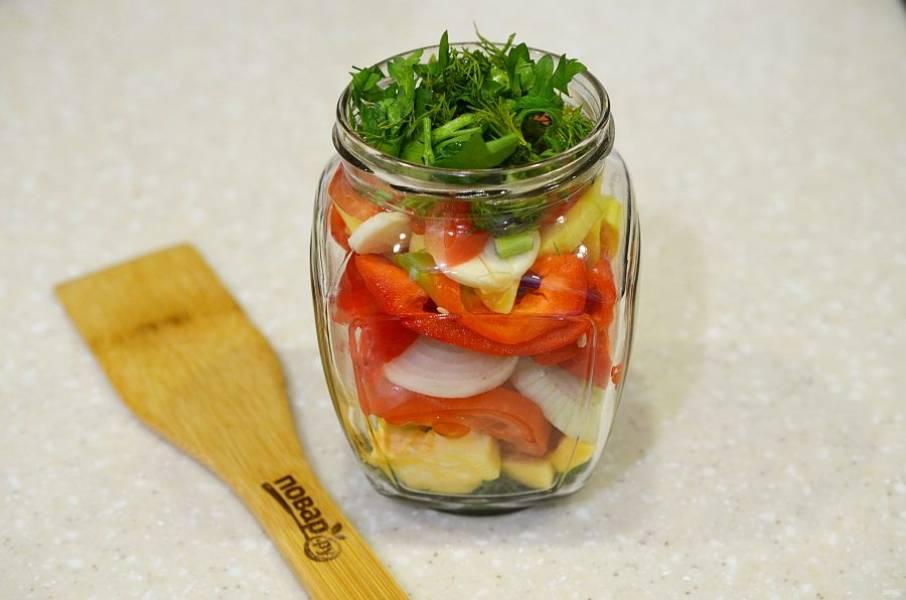2. В стерилизованные банки выложите слоями овощи, но так, чтобы зелень была в начале и в конце.
