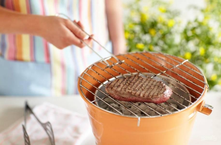 3. Подавайте сочный стейк с печеными или свежими овощами. Приятного аппетита!