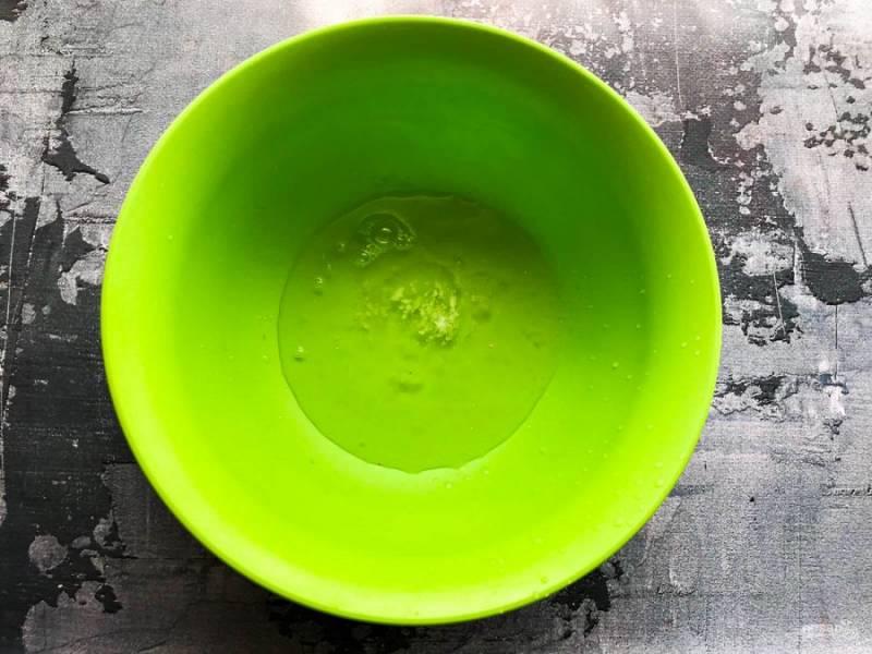 Белки отделите от желтков. Белки выложите в сухую емкость и добавьте щепотку соли.