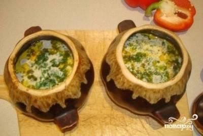 Вынуть противень с горшочками из духовки. Добавить в них гречку, соль, перец, зелень, еще по 1 столовой ложке сливочного масла, 1 стакану воды и отправить в духовку еще на 40-45 минут.