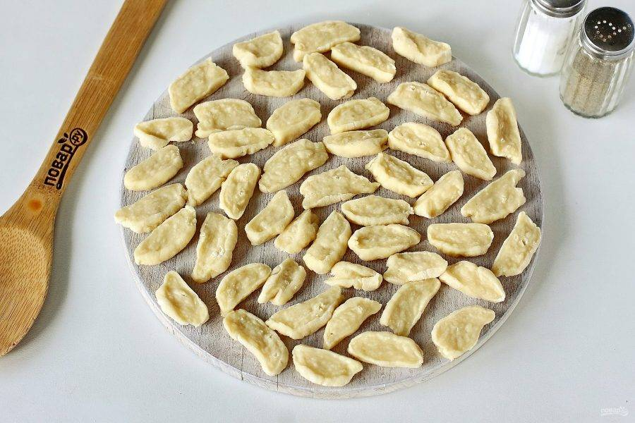 Раскатайте тесто колбаской и нарежьте небольшими кусочками.
