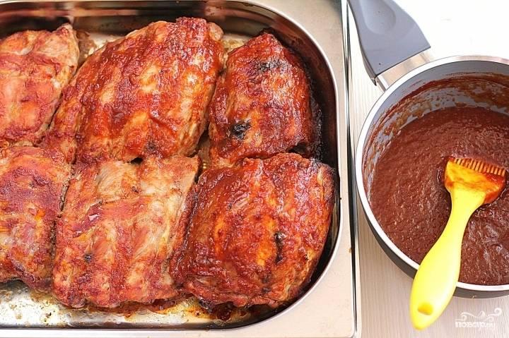Промаринованные ребра выкладываем в форму для запекания или на противень и запекаем 1-1,5 часа в духовке разогретой до 160 градусов. Во время приготовления ребрышки необходимо несколько раз обмазать соусом. Готовые ребрышки выкладываем на тарелочку, украшаем зеленью и подаем со свежими овощами. Приятного вам аппетита!