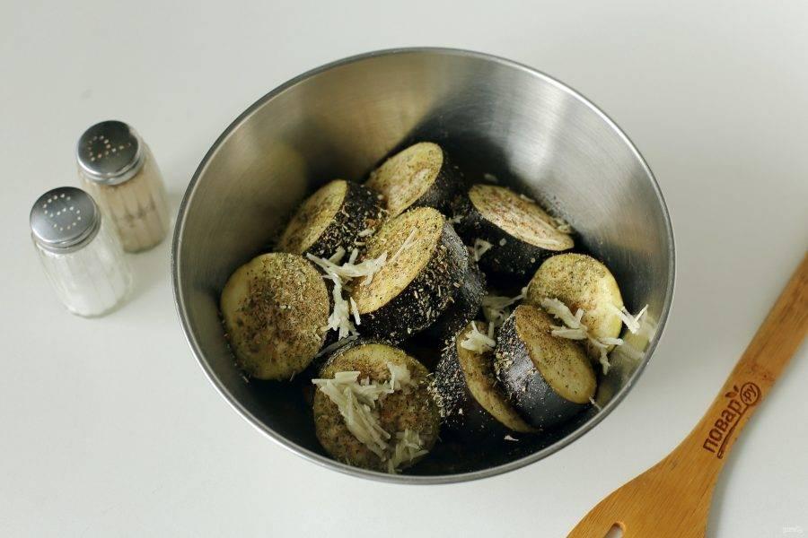 Добавьте измельченный чеснок, сок лимона, масло, соль по вкусу и любимые специи.